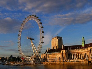 The London 'Eye,' on a sunny afternoon. // PHOTO BY JR P // creative commons